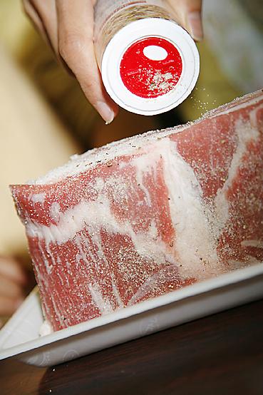豚バラ肉にクレイジーソルトをかける