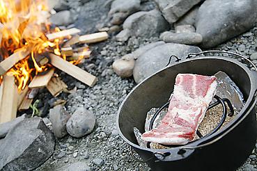 豚バラ肉をダッチオーブンに入れる