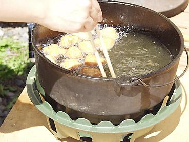 ダッチオーブンなら一度に大量に揚げられる、フライドポテト