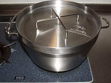 ステンレス製ダッチオーブンなら、キッチンで手軽にできる、丸玉ねぎのベーコン煮