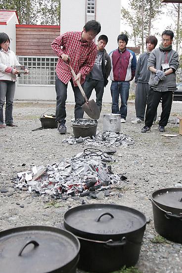 炭火にダッチオーブンをのせる
