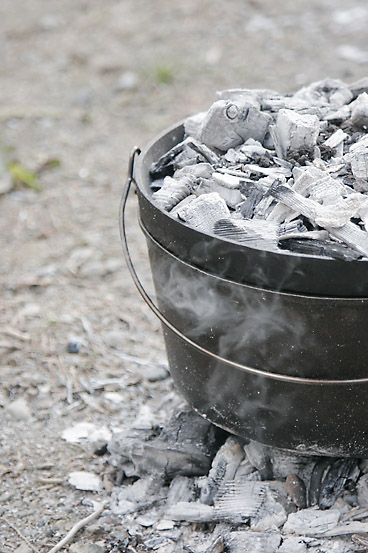 材料を全てダッチオーブンに突っ込んで炊くだけの「簡単カレーピラフ!?」