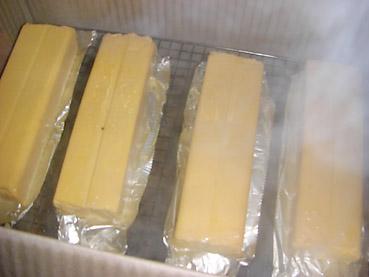 簡単ダンボールスモーカーの作り方を紹介。ホタテの燻製とスモークチーズが手軽にできるよ!
