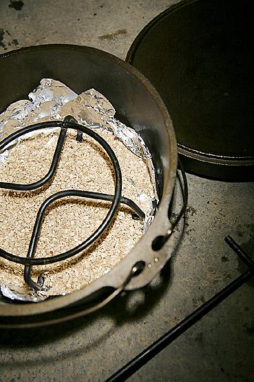 スモークチップをダッチオーブンに入れる