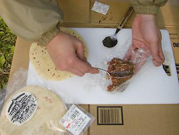 ジャガイモのチャパティーにラム肉ペーストを塗って焼き上げる、ランチョ・エルパソのラムチャパティーは、キャンプに最適!
