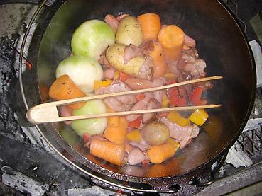 ダッチオーブンで作ると失敗しない、野菜がおいしくなるポトフ